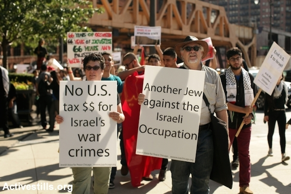 A protest condemning the Israeli assault on the Gaza strip, held outside the Israeli consulate in downtown Chicago, IL in 2014. (Tess Scheflan/Activestills.org)