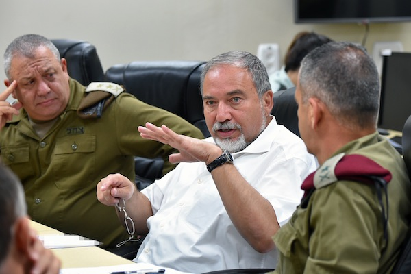 Defense Minister Avigdor Liberman (C) seen during a visit to the North Front Command on August 16, 2016. (Ariel Hermoni/Ministry of Defense)