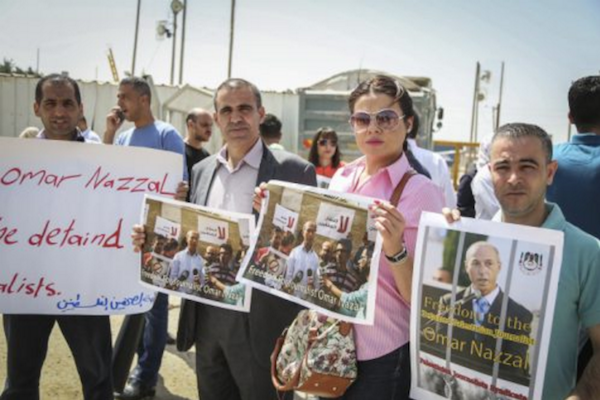 Palestinian journalists protest in solidarity with their colleague Omar Nazzal, who was put in administrative detention in late April, April 29, 2016. (Flash90)