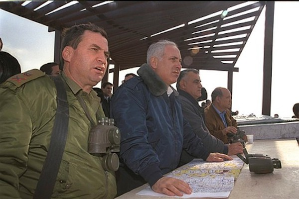Major General Uzi Dayan on a tour of the West Bank with Prime Minister Netanyahu and Defense Minister Yitzhak Mordechai (Amos Ben-Gershom/GPO)