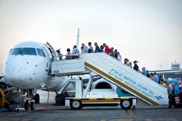 Israelis board at plane departing Ben-Gurion Airport. (Illustrative photo by Moshe Shai/Flash90)
