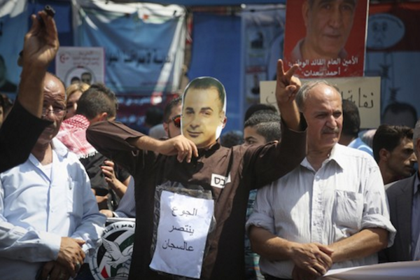 Protesters in Ramllah hold a demonstration in solidarity with Palestinian hunger striker Bilal Kayed, August 2016. (STR/Flash90)