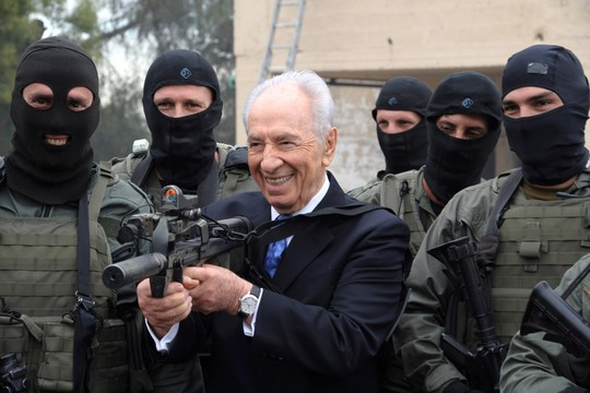 President Shimon Peres visits an Israeli police counter-terrorism unit in 2011. (Amos Ben Gershom/GPO)