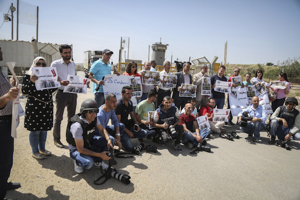 Palestinian journalists protest outside the Israel's Ofer Military Prison, near Ramallah, calling for the release of journalist Omar Nazzal, April 26, 2016. (Flash90)