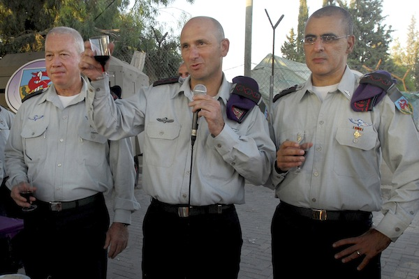 Yoav Galant (L), commander of the Israel Defense Forces Southern Command, Gadi Shamni (C), general of the IDF Center Command and Moni Katz (R), the new commander of the Givati brigade attend of a ceremony of the changing of the Givati brigade. (IDF Spokesperson/Flash90)