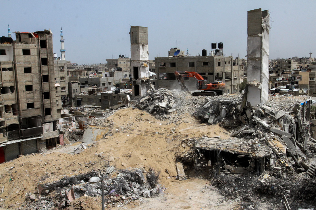 A UNDP-funded project helps clear rubble from a commercial center destroyed by Israel during Operation Protective Edge, Rafah, Gaza Strip, April 20, 2015. (by Abed Rahim Khatib /Flash 90)
