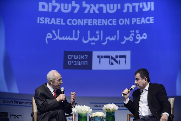 President Shimon Peres (L), and Haaretz correspondent, Ari Shavit (R), at the Israel Conference for Peace, David Intercontinental Hotel, Tel Aviv, Tuesday July 8, 2014. (Tomer Neuberg/Flash90)
