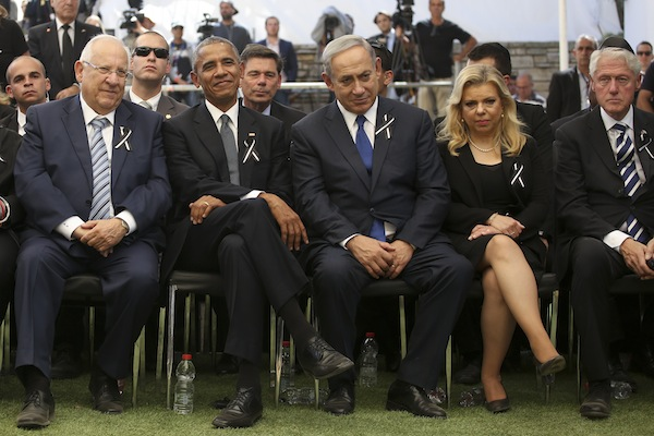 Israeli President Reuven Rivlin (L), U.S. President Barack Obama, Israeli Prime Minister Benjamin Netanyahu, Netanyahu's wife Sara, and former U.S President Bill Clinton, seen at the state funeral of former President Peres on Mount Herzl, Jerusalem, September 30, 2016. (Marc Israel Sellem/Flash90)