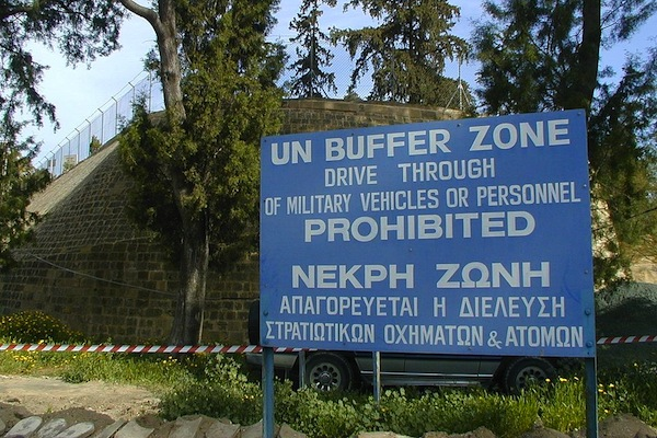 """""""UN Buffer Zone"""" warning sign on the south (Greek) side of the Ledra Crossing of the Green Line in Nicosia, Cyprus. The other side of the fence is the Turkish side. (Jpatokal/CC BY-SA 3.0)"""