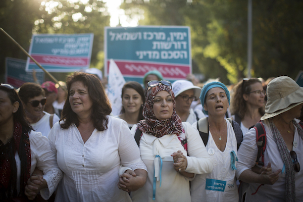 Thousands of women from 'Women Wage Peace' march on the Israeli Prime Minister's Residence Jerusalem, October 19, 2016. (Hadas Parush/Flash90)