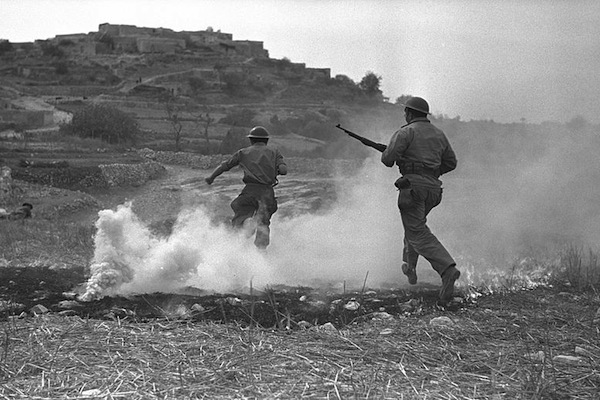 Israeli soldiers in battle with the Arab village of Sassa in the upper Galilee, October 1, 1948. (GPO)