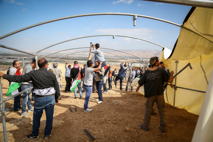 Palestinian erect a tent at the 'Yasser Arafat outpost,' a nonviolent action protesting two new Israeli settlement outposts in the area, Jordan Valley, West Bank, November 17, 2016. (Flash90)