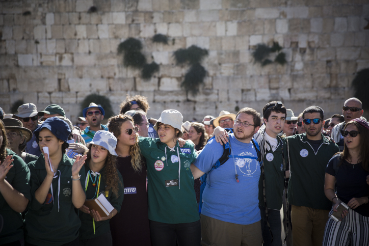 A youth group of the Reform and Conservative movements hold a mixed-gender prayer service during a visit to the Western Wall, Jerusalem, July 7, 2016. (Hadas Parush/Flash90)