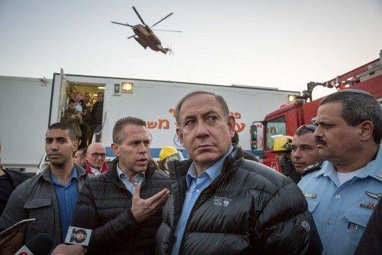 Prime Minister Benjamin Netanyahu stands alongside Police Chief Roni Alsheikh (right) and Public Security Minister Gilad Erdan (left) in Zichron Ya'akov, northern Israel, November 23, 2016. (Emil Salman/Flash90)