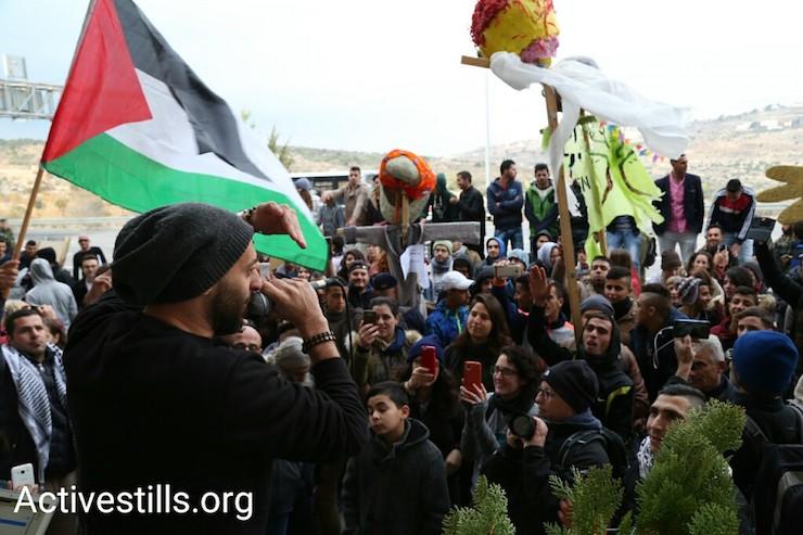 Palestinian rapper Tamer Nafar performs during a demonstration along Route 60, West Bank, December 16, 2016. (Keren Manor/Activestills)