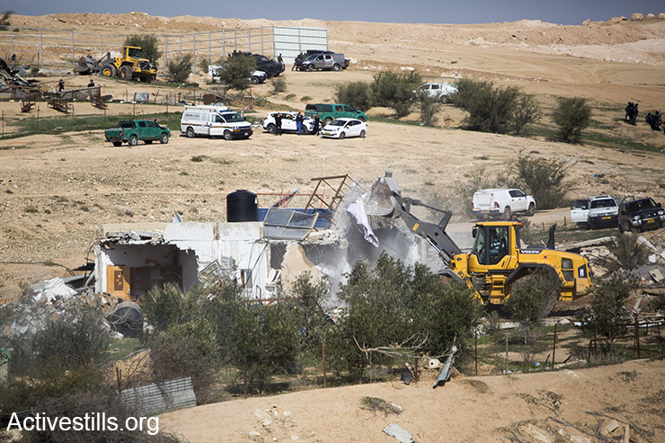 Bulldozers demolishing homes, Umm el-Hiran, January 18, 2017. (Keren Manor/Activestills)