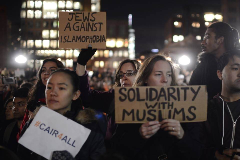 Hundreds fill New York City's Washington Square Park to protest President Trump's decision to ban Muslim refugees from entering the U.S., January 26, 2017. (Gili Getz)