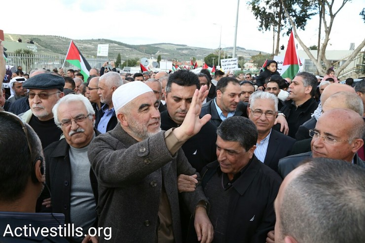 Sheikh Raed Salah, head of the northern branch of the Islamic Movement, with protesters in Ar'ara, January 21, 2017. (Keren Manor/Activestills)