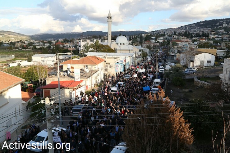 Thousands of people march through Ar'ara, northern Israel, January 21, 2017. (Keren Manor/Activestills)