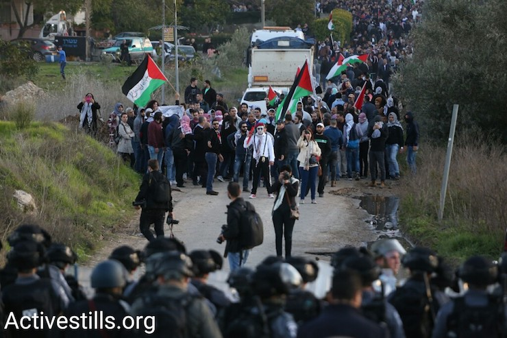 Israeli riot police wait for demonstrators marching to protest home demolitions, Ar'ara, January 21, 2017. (Keren Manor/Activestills)