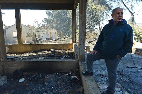 Prime Minister Benjamin Netanyahu visiting the scene of a fire, Beit Meir, November 25, 2016. (Kobi Gideon/GPO CC 2.0)