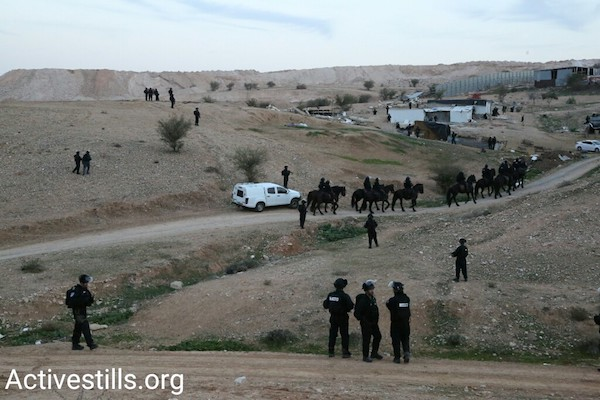 Police enter the Bedouin village of Umm el-Hiran, January 18, 2017. (Keren Manor/Activestills.org)