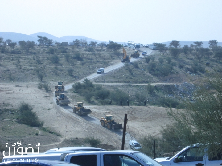 Bulldozers make their way into Umm el-Hiran in order to carry out home demolitions, January 18, 2017. (Yuṣawiruna Project, Negev Coexistence Forum)
