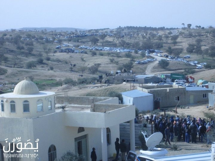 Residents being kept within the grounds of the village mosque, Umm el-Hiran, January 18, 2017. (Yuṣawiruna Project, Negev Coexistence Forum)