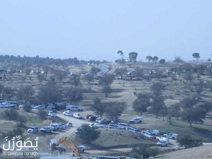 Israeli police cars line the roads of Umm el-Hiran, January 18, 2017. (Yuṣawiruna Project, Negev Coexistence Forum)