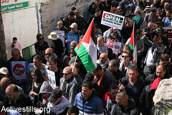 Hundreds march in Hebron demanding the end of settelements and segregation in the city, February 24, 2017. (Haidi Motola/Activestills.org)