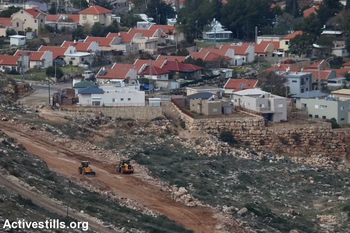 Israeli authorities construct a new fence around the Israeli settlement of Avnei Hefetz, near Tulkarem, West Bank, January 31, 2017. (Ahmad al-Bazz/Activestills.org)