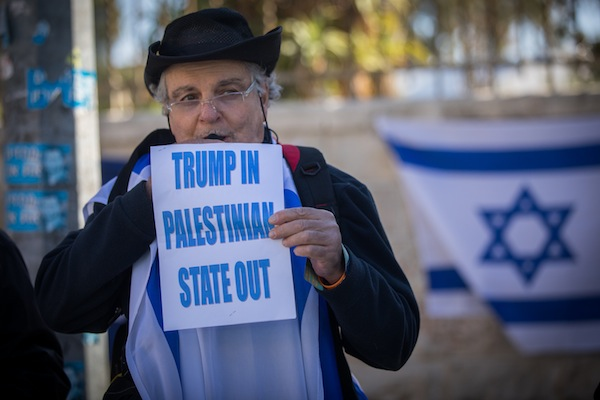Protesters hold Israeli and Likud flags as they gather to show their support for Israeli Prime Minister Benjamin Netanyahu, near the prime minister's residence in Jerusalem, January 6, 2017. (Yonatan Sindel/Flash90)