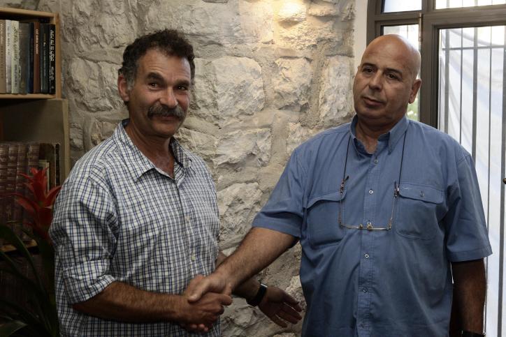 Elad Chairman David Be'eri meets with Silwan Mukhtar Abu Jamil in City of David, Jerusalem, April 22, 2010. (Abir Sultan/Flash 90)