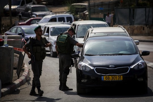 Israeli Border Police set up a checkpoint at the exit from the East Jerusalem neighborhood of Sur Bahar, bordering Armon Hanatziv, checking every Palestinian wanting to pass, on Friday, October 16, 2015. (Hadas Parush/Flash90)