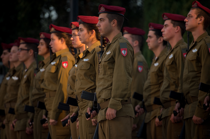 Israeli soldiers attend a ceremony commemorating the IDF paratroopers, October 10, 2016. (Sraya Diamant/IDF Spokesperson)