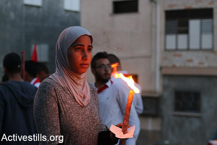 Hundreds of Palestinian youth take part in a torch-lit march in the northern village of Deir Hanna to mark Land Day, March 29, 2017. (Maria Zreik/Activestills.org)