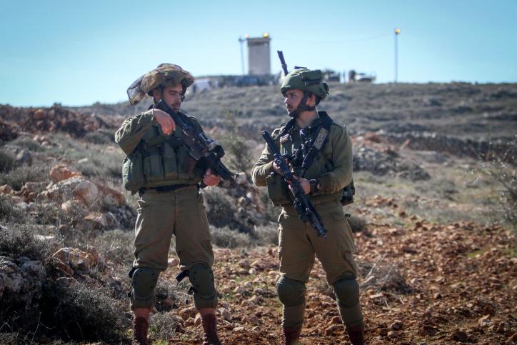 Israeli soldiers surround Jewish settlers near the West Bank city of Nablus, January 20 2017. (Nasser Ishtayeh/Flash90)