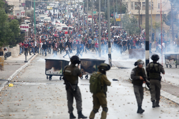 Israeli troops attempt to disperse protesting Palestinian youths in the West Bank city of Bethlehem, October 6, 2015. (Flash90)