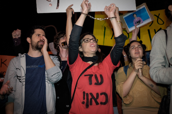 Employees of the new Israeli Public Broadcasting Corporation protest against the recent government deal for the new agency to operate without a news division, Tel Aviv, April 1, 2017. (Tomer Neuberg/Flash90)