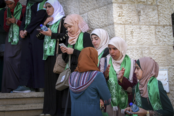 Palestinian supporters of Hamas during student council elections at An-Najah University in the West Bank town of Nablus, April 18, 2017. (Nasser Ishtayeh/Flash90)