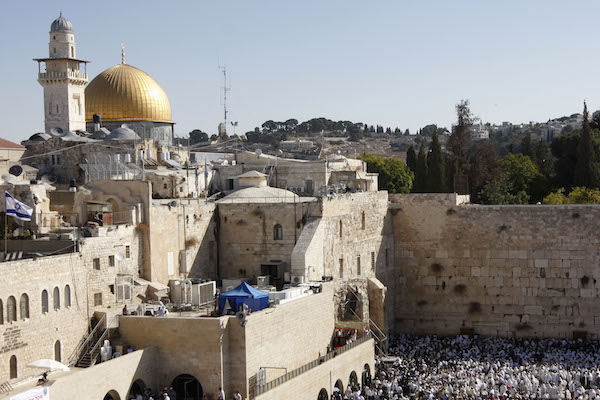 The Dome of Rock is seen in the background of the Western Wall in Jerusalem's Old City as thousands of Jewish worshippers participated in the Cohen Benediction priestly prayer for the Jewish holiday of Sukkot, October 5, 2009. (Miriam Alster / FLASH90)