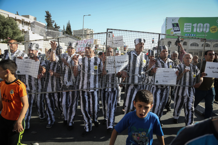 Palestinians take part in a protest in support of Palestinian prisoners on hunger strike in Israeli jails, in the West Bank city of Bethlehem, May 4, 2017. (Flash90)