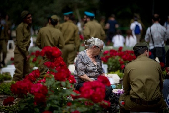 Bereaved Israelis mourn next to graves of fallen soldiers at the Mt. Herzl military cemetery in Jerusalem, during Israeli Memorial Day, May 1, 2017. (Yonatan Sindel/Flash90)