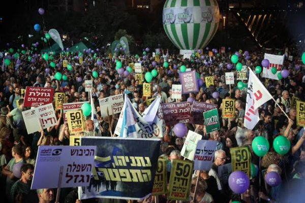 Thousands of Israelis attend a left-wing rally calling for a two-state solution to the Israeli-Palestinian conflict, Rabin Square in Tel Aviv, May 27, 2017. (Flash90)