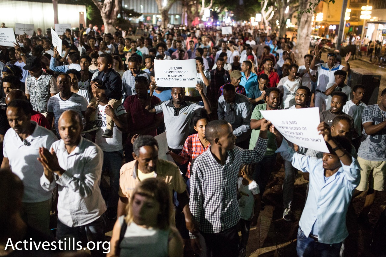 African refugees marche during a protest against a new law to deduct wages from refugees, Tel Aviv, June 10, 2017. (Yotam Ronen/Activestills.org)