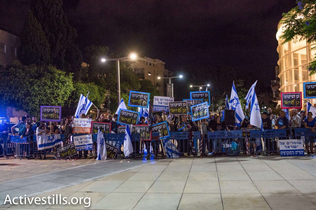 Protesters from the Front for the Liberation of South Tel Aviv and Im Tirzu hold a counter-protest against African refugees during a demonstration against a new law that would deduct their wages, Tel Aviv, June 10, 2017. (Yotam Ronen/Activestills.org)