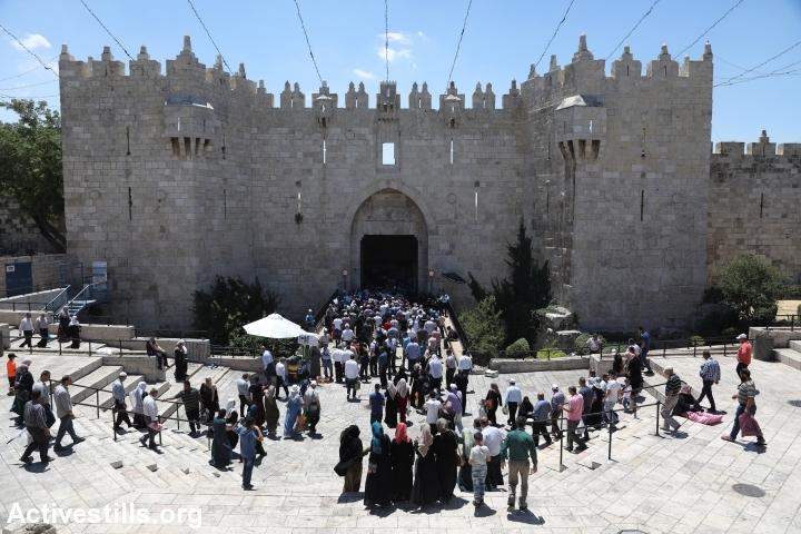 Palestinians enter Jerusalem's Old City through Damascus Gate during the last friday of Ramadan, June 23, 2017. (Ahmad al-Bazz/Activestills.org)