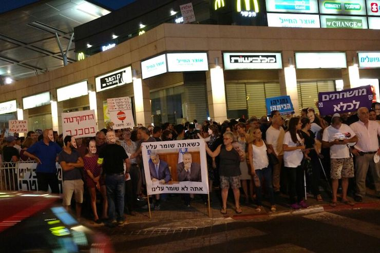 Hundreds demonstrate against police violence and threats to freedom of expression, Petah Tikva, June 3, 2017. (Orly Noy)