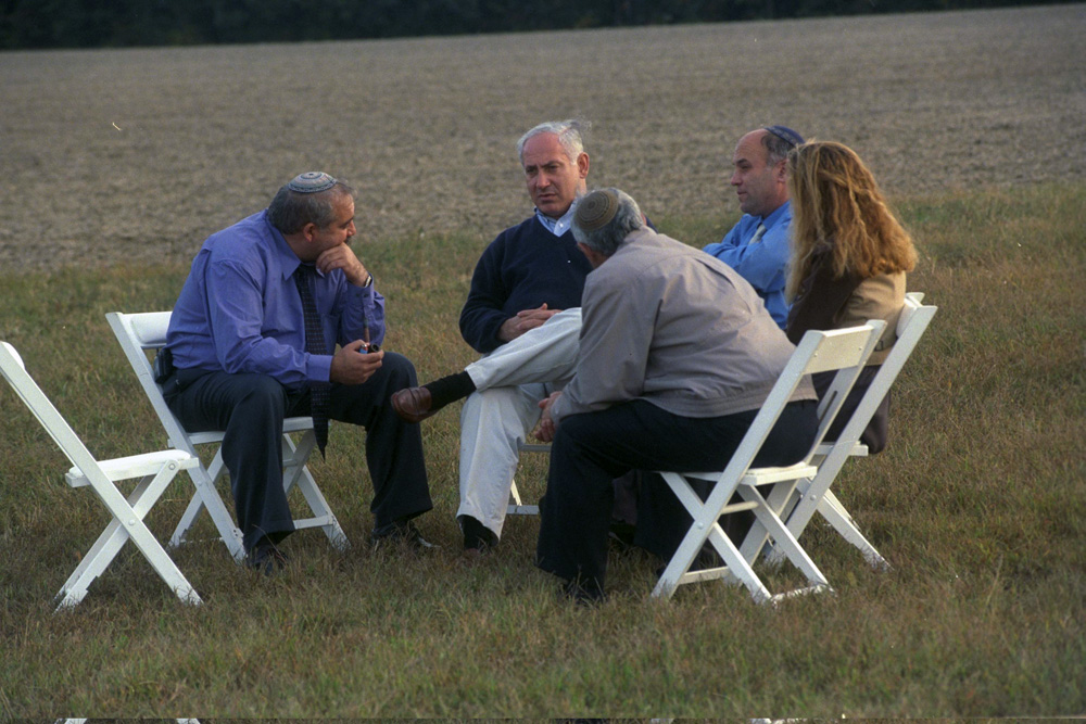 Israeli Prime Minister Benjamin Netanyahu consults with settler leaders at the Wye River Plantation on the sidelines of peace talks with the Palestinians, October 18, 1998. (Avi Ohayon/GPO)