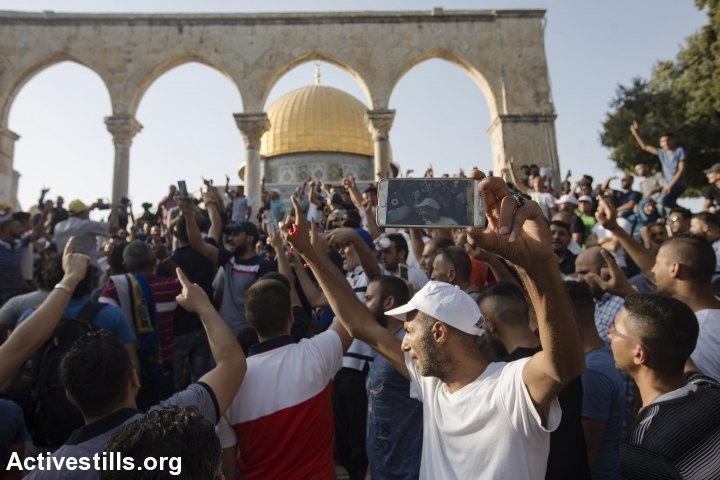 Palestinians celebrate the return to Al-Aqsa Mosque, Old City of Jerusalem, July 27, 2017 (Activestills.org)